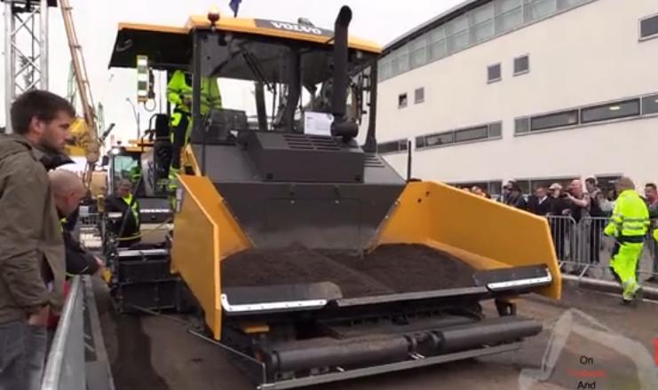 寶馬2016工程機械展沃爾沃瀝青攤鋪機與壓路機工作展示